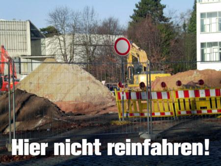 Sinnloses Verkehrszeichen an einer Baustelle.