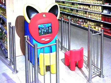 Gnadenlos kaltes Bild eines Kinderabstellplatzes mit Gauselmann-Bildschirmgerät in einem Edeka-Markt