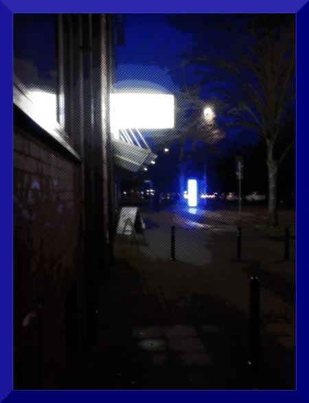 Stark digital nachbearbeitetes Foto einer nächtlichen Straßenszene im November