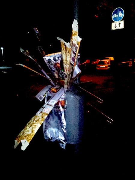 Ein übervoller, überquellender Mülleimer an einer Straße