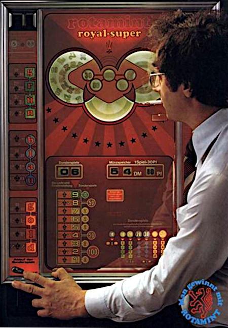 Detail aus einer Reklame für das NSM-Geldspielgerät Rotamint Royal Super aus dem Jahr 1977 in einer damaligen Fachzeitschrift für Automatenaufsteller. Ein Spieler hat eine laufende Serie und rd. 54 DM auf der Münzvorlage, er greift gerade nach dem Schalter, um ein Normalspiel in den Sonderspielen zwischenzuschalten. Dazu der damalige Claim: Man gewinnt mit Rotamint.