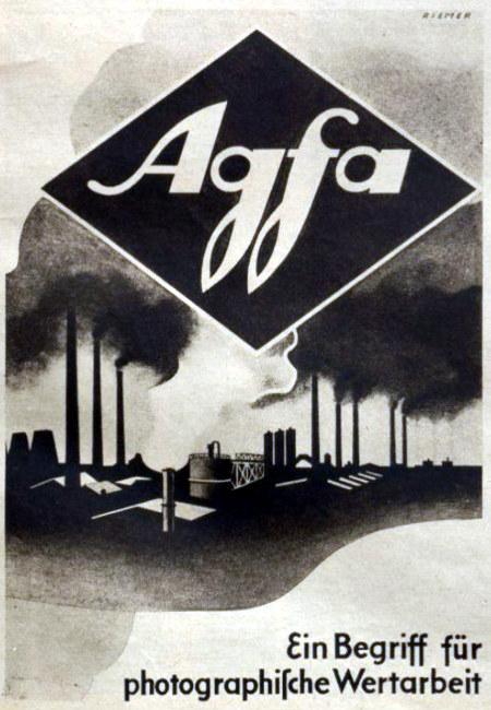 Agfa-Werbung aus dem Jahr 1942: Ein Begriff für photographiſche Wertarbeit. Motiv ist eine große Fabrik mit markant rauchenden Schornsteinen.