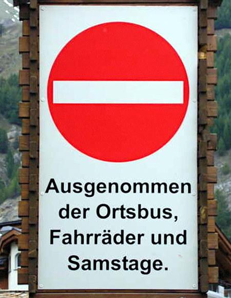 Verkehrsschild: Einfahrt verboten. Zusatzangabe: Ausgenommen der Ortsbus, Fahrräder und Samstage.