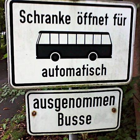 Schranke öffnet für Busse automatisch. Ausgenommen Busse.