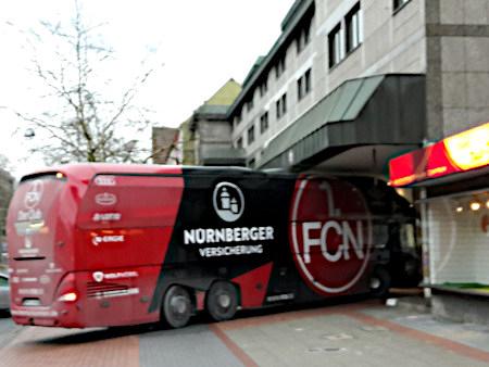 Unbeschreibliches Foto des Mannschaftsbusses des 1. FC Nürnberg, der durch eine viel zu niedrige Hotelzufahrt einfahren will.