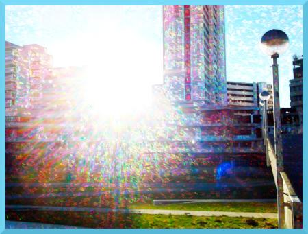 Stark digital nachbearbeitete Gegenlichtaufnahme eines sonnigen Tages am Ihmezentrum