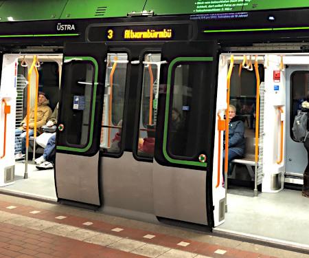 Ein defektes Display an einer Bahn der üstra in Hannover zeigt statt Altwarmbüchen Altwarmbürmbü an.