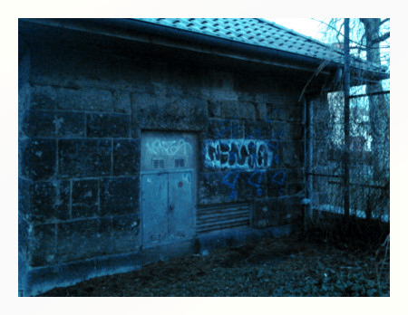 Stark nachbearbeitetes Foto eines alten Gebäudes mit dem Graffito 'Ninja'.