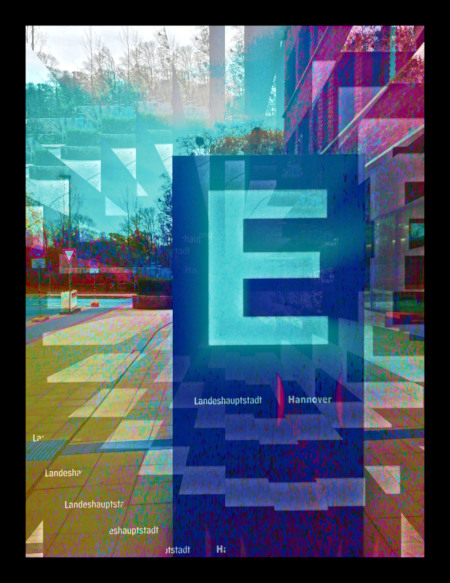Stark digital nachbearbeitetes Foto eines Wegweisers mit dem Buchstaben 'E' vor einem Verwaltungsgebäude in Hannover
