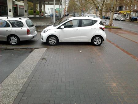 Asozial geparktes Auto, blockiert einen ganzen Fußweg