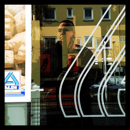 Stark nachbearbeitetes Foto einer Reflexion in einem Aldi-Schaufenster