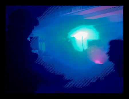 Stark bearbeitetes Foto von einem Konzert im Oberdeck, in der Mitte kaum sichtbar, hell erleuchtete Musik, am Rand ein Mann und eine Frau, die sich zu unterhalten versuchen