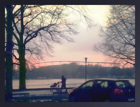 Stark mit Gimp nachbearbeitetes Foto einer Spaziergängerin mit Kinderwagen und eines Autos vor dem winterlichen Maschsee, im Hintergrund das Niedersachsenstadion