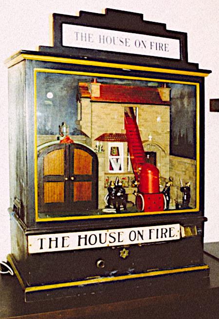 Sehr altes Unterhaltungsgerät mit dem Namen 'The House on Fire'.