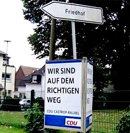 CDU-Wahlplakat in Castrop-Rauxel: Wir sind auf dem richtigen Weg. Das Wahlplakat ist an einem Wegweiser zum Friedhof untergebracht