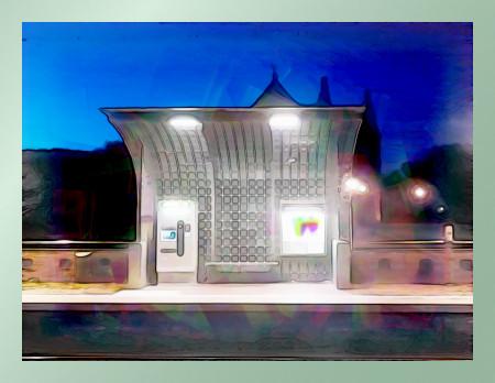 Stark nachbearbeitetes Foto der hannöverschen Straßenbahnhaltestelle Friedhof Stöcken am Abend, im Hintergrund ein Teil der Fassade des Friedhofeinganges