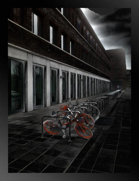 Stark digital nachbearbeitetes, sehr düster wirkendes Foto eines hannöverschen Verwaltungsgebäudes, vor dem einige 'smarte' Leihfahrräder an den Fahrradständern stehen, deren grelles Orange aus der Dunkelheit hervorsticht.