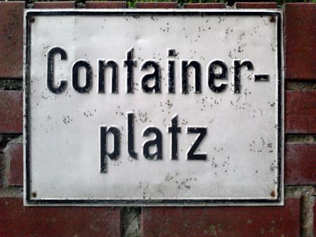 Altes Hinweisschild »Containerplatz« an der Stelle, wo die Müllcontainer stehen