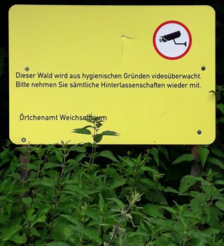 Dieser Wald wird aus hygienischen Gründen videoüberwacht. Bitte nehmen Sie sämtliche Hinterlassenschaften wieder mit. -- Örtchenamt Weichselbaum