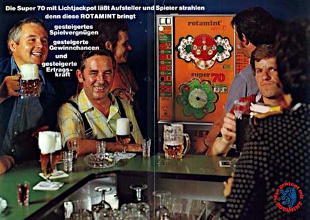 An Aufsteller gerichtete Werbung für das NSM-Geldspielgerät Rotamint Super 70 aus dem Jahr 1974 -- Die Super 70 mit Lichtjackpot lässt Aufsteller und Spieler strahlen, denn diese ROTAMINT bringt -- gesteigertes Spielvergnüngen -- gesteigerte Gewinnchancen -- und gesteigerte Ertragskraft