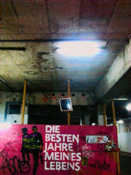 Graffito an einem Bauzaun: Die besten Jahre meines Lebens. Ansonsten überall Verrottung und Zerfall.