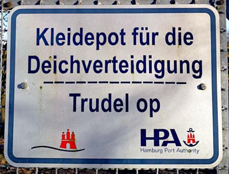 Schild in Hamburg: Kleidepot für die Deichverteidigung -- Trudel op