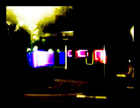 Stark mit Gimp verfremdetes Foto eines bunt beleuchteten Schaufensters in der Nacht