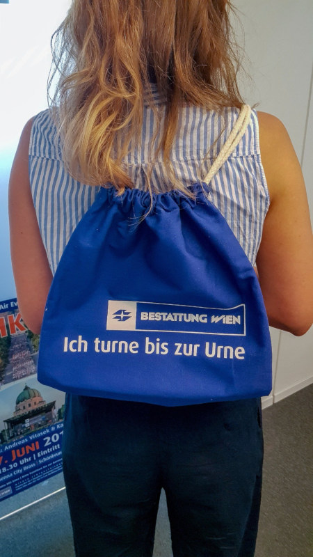 Rucksack mit Werbung eines Wiener Bestattungsunternehmers: Ich turne bis zur Urne
