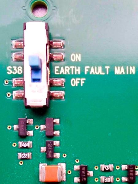 Platine mit einer Beschriftung an einem Schalter: S38 EARTH FAULT MAIN
