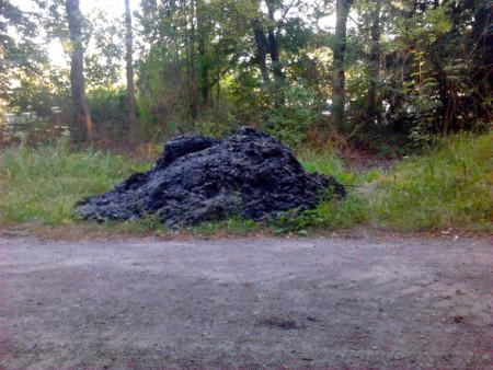 Ein Haufen ausgebaggerter Schlamm aus einem Entwässerungsgraben im Hermann-Löns-Park, Hannover-Kirchrode