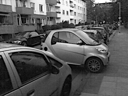 Sehr kleiner Kleinwagen, der quer in einer sehr kleinen Lücke parkt