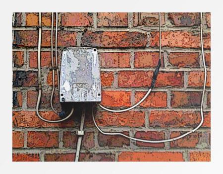 Unbeschreibliches Foto einer alten Telefonverteilerdose an einer Hauswand, stark mit Gimp nachbearbeitet