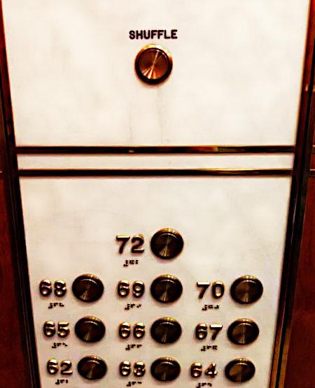 Foto der Fahrstuhlknöpfe in einem Hochhaus mit 72 Stockwerken. Über den Etagenknöpfen befindet sich deutlich abgesetzt ein weiterer Knopf mit der Beschriftung 'Shuffle'.