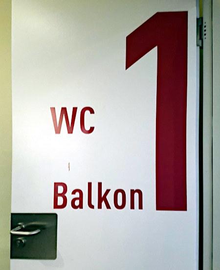 Tür in einem Kino, beschrift mit: 1 -- WC -- Balkon