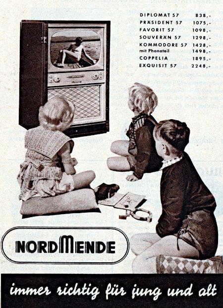 Werbung für Nordmende-Fernseher aus dem Jahr 1957. Vor dem Fernseher sitzen glotzend drei Kinder. Dazu die Preise der damaligen Nordmende-Fernseher, und unter allem der Claim: Nordmende, immer richtig für jung und alt.