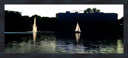 Stark mit Gimp nachbearbeitetes Foto eines Segelbootes und der Fontäne auf dem hannöverschen Maschsee