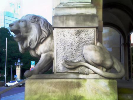 Detail (in seiner Wirkung schwierig zu beschreiben) am Eingang des Neuen Rathauses in Hannover, stark mit Gimp nachbearbeitet.