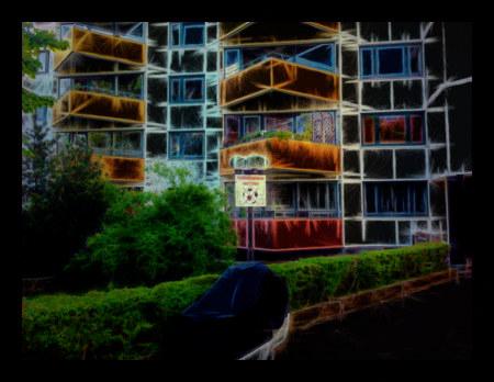 Stark mit Gimp nachbearbeitetes Bild eines Siebziger-Jahre-Baus in der Mathildenstraße in Hannover-Linden, mit dekorativem Schild 'Fußballspielen verboten' vor der Plattenbauästhetik