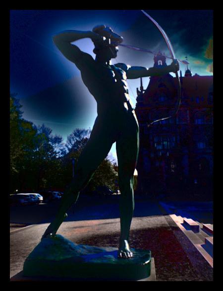 Stark mit Gimp nachbearbeitetes Foto einer Skulptur mit einem Bogenschützen vor dem hannöverschen Rathaus