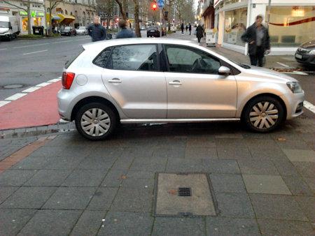 Sehr asozial geparktes Auto an der Hildesheimer Straße in Hannover.