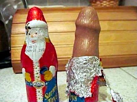 Ein eingepackter und teilweise ausgepackter Schokoladenweihnachtsmann nebeneinander. Der ausgepackte Weihnachtsmann sieht wie ein erigierter Penis aus.