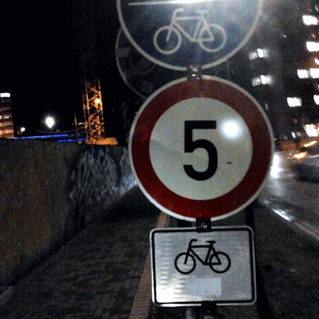 Benutzungspflichtiger Radweg mit einer Höchstgeschwindigkeit von 5 km/h für Radfahrer