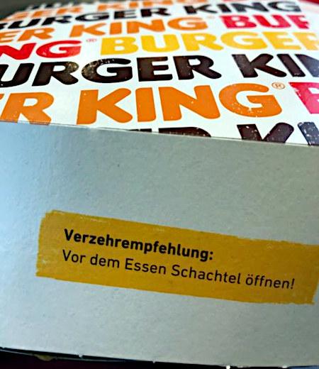 Burger-King-Verpackung mit Aufkleber: Verzehrempfehlung: Vor dem Essen Schachtel öffnen!