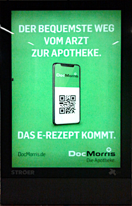 Ströer-Werbetafel im öffentlichen Blickraum -- Der bequemste Weg vom Arzt zur Apotheke. Das E-Rezept kommt. -- DocMorris -- Die Apotheke