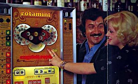 Ausschnitt aus einer an Aufsteller gerichteten Reklame für das NSM-Geldspielgerät Rotamint Exquisit Royal aus dem Jahr 1976 -- Eine Frau spielt dümmlich grinsend eine Großserie ab, und ein Mann steht lüstern grinsend daneben