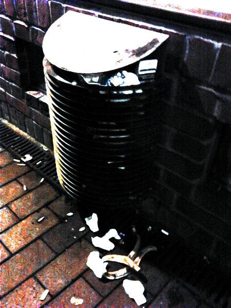 Stark mit Gimp nachbearbeitetes Foto eines überquellenden Mülleimers und des darunter liegenden Mülls