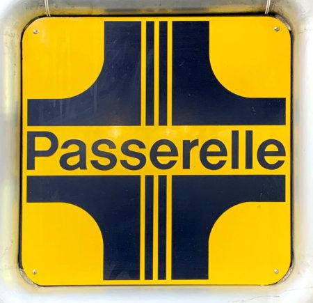 Altes Schild im 70er-Jahre-Design in einem unbeachteten Winkel der Niki-de-Saint-Phalle-Promenade in Hannover: Passerelle