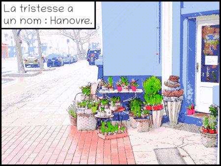Stark nachbearbeitetes Foto einer Straßenszene in Hannover. Ein Blumenladen stellt Pflanzen auf den Boden, daneben fließt auf einer menschenleeren, farblosen Straße der Autoverkehr. Dazu der Text 'La tristesse a un nom : Hanovre'.
