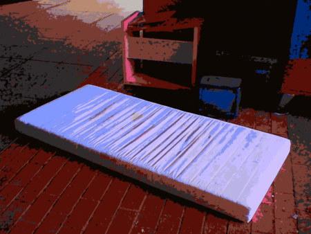 Stark mit Gimp nachbearbeitetes Foto des 'wohnlich' eingerichteten Liegeplatzes eines Obdachlosen in Hannover