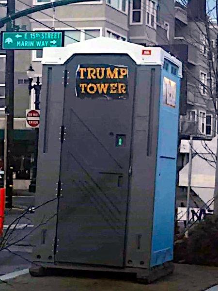 Dixiklo an einer Straßenecke in den USA, mit Aufkleber 'Trump Tower'.